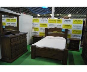 Conjunto dormitorio castaño viejo macizo.