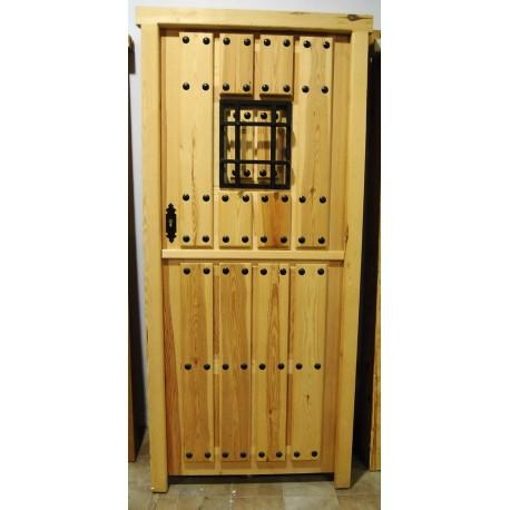 Puerta exterior pino maciza natural partida y reja