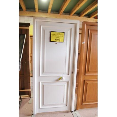 Puerta exterior blanca